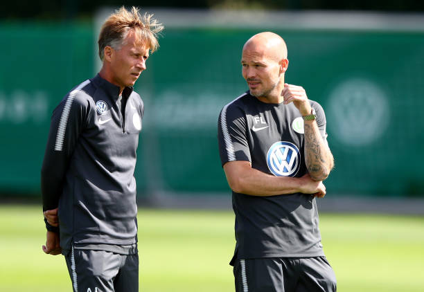 WOLFSBURG, GERMANY - JULY 03: Head coach Andries Jonker (L) talks to assistant coach Fredrik Ljungberg during a training session at Volkswagen Arena on July 3, 2017 in Wolfsburg, Germany. (Photo by Martin Rose/Bongarts/Getty Images)