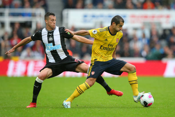 NEWCASTLE UPON TYNE, ENGLAND - AUGUST 11: Henrikh Mkhitaryan of Arsenal battles for possession with Javier Manquillo of Newcastle United during the Premier League match between Newcastle United and Arsenal FC at St. James Park on August 11, 2019 in Newcastle upon Tyne, United Kingdom. (Photo by Alex Livesey/Getty Images)