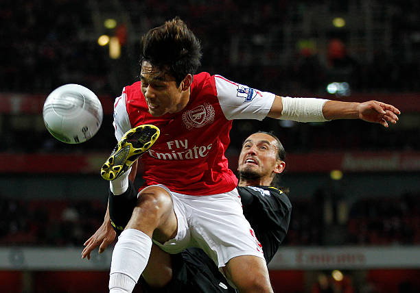 Arsenal's South Korean player Park Chu-Young (L) vies with Bolton Wanderers' Turkish player Tuncay Sanli during the league cup fourth round football match at The Emirates Stadium in London on October 25, 2011. AFP PHOTO/IAN KINGTON