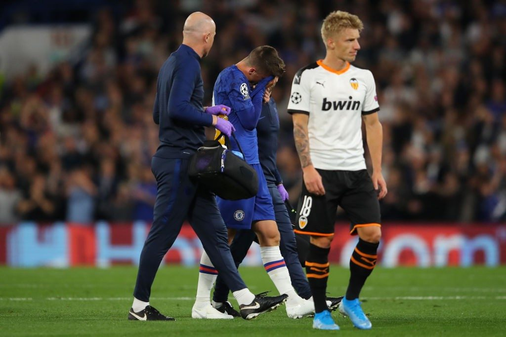 LONDON, ENGLAND - SEPTEMBER 17: An injured Mason Mount of Chelsea leaves the pitch during the UEFA Champions League group H match between Chelsea FC and Valencia CF at Stamford Bridge on September 17, 2019, in London, United Kingdom. (Photo by Richard Heathcote / Getty Images)