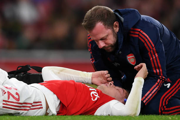 LONDON, ENGLAND - SEPTEMBER 24: Medical staff treat Emile Smith Rowe of Arsenal during the Carabao Cup Third Round match between Arsenal FC and Nottingham Forrest at Emirates Stadium on September 24, 2019 in London, England. (Photo by Laurence Griffiths/Getty Images)