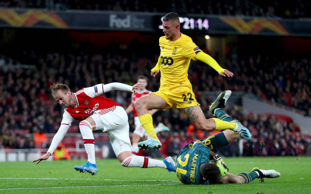 LONDON, ENGLAND - OCTOBER 03: Emiliano Martinez of Arsenal gathers the ball under pressure from Maxime Lestienne of Standard Liege during the UEFA Europa League group F match between Arsenal FC and Standard Liege at Emirates Stadium on October 03, 2019 in London, United Kingdom. (Photo by Dan Istitene/Getty Images)