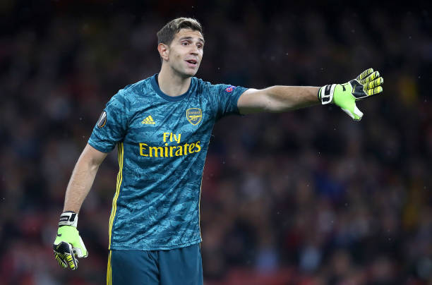 LONDON, ENGLAND - OCTOBER 03: Emiliano Martinez of Arsenal gives his team instructions during the UEFA Europa League group F match between Arsenal FC and Standard Liege at Emirates Stadium on October 03, 2019 in London, United Kingdom. (Photo by Julian Finney/Getty Images)