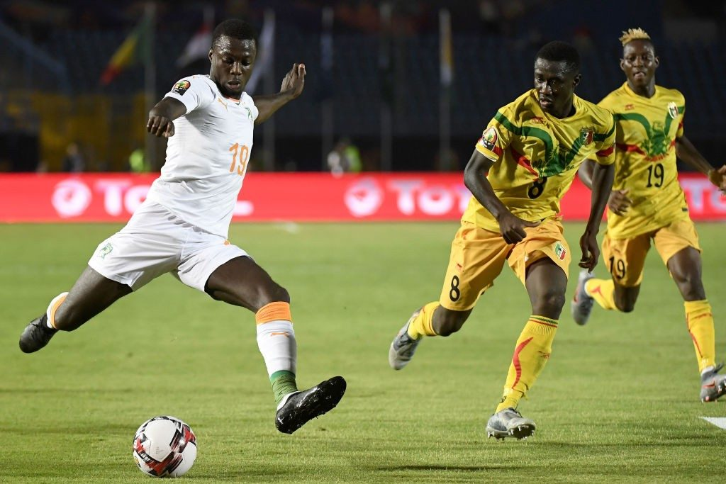Ivory Coast's forward Nicolas Pepe (L) kicks the ball during the 2019 Africa Cup of Nations (CAN) Round of 16 football match between Ivory Coast and Mali at the Suez Stadium in the north-eastern Egyptian city on July 8, 2019. (Photo by Khaled DESOUKI / AFP / Getty Images)