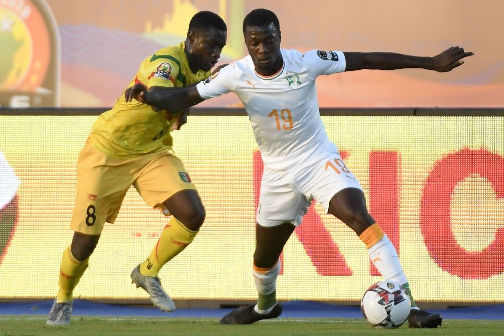 Mali's midfielder Diadie Samassekou (L) fights for the ball with Ivory Coast's forward Nicolas Pepe during the 2019 Africa Cup of Nations (CAN) Round of 16 football match between Ivory Coast and Mali at the Suez Stadium in the north-eastern Egyptian city on July 8, 2019. (Photo by Khaled DESOUKI / AFP / Getty Images)