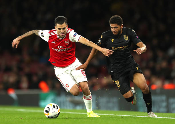 LONDON, ENGLAND - OCTOBER 24: Denis-Will Poha of Vitoria Guimaraes battles for possession with Dani Ceballos of Arsenal during the UEFA Europa League group F match between Arsenal FC and Vitoria Guimaraes at Emirates Stadium on October 24, 2019 in London, United Kingdom. (Photo by Naomi Baker/Getty Images)