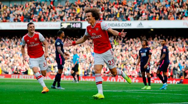 Asenal's Brazilian defender David Luiz (C) celebrates after scoring the opening goal of the English Premier League football match between Arsenal and Bournemouth at the Emirates Stadium in London on October 6, 2019. (Photo by Tolga AKMEN / AFP)