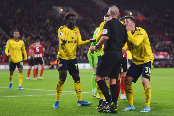 SHEFFIELD, ENGLAND - OCTOBER 21: Bukayo Saka of Arsenal and team members protest to the Referee Mike Dean during the Premier League match between Sheffield United and Arsenal FC at Bramall Lane on October 21, 2019 in Sheffield, United Kingdom. (Photo by Laurence Griffiths/Getty Images)