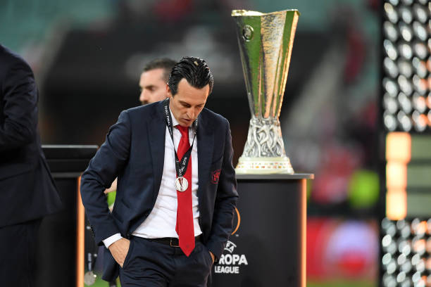 BAKU, AZERBAIJAN - MAY 29: Unai Emery, Manager of Arsenal looks dejected as he walks past the Europa League Trophy after collecting his runners up medal following his team's defeat in the UEFA Europa League Final between Chelsea and Arsenal at Baku Olimpiya Stadionu on May 29, 2019 in Baku, Azerbaijan. (Photo by Michael Regan/Getty Images)