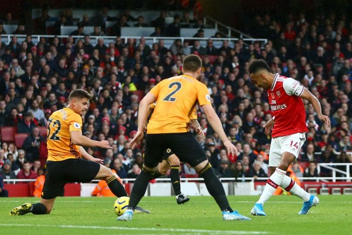 LONDON, ENGLAND - NOVEMBER 02: Pierre-Emerick Aubameyang of Arsenal scores his team's first goal during the Premier League match between Arsenal FC and Wolverhampton Wanderers at Emirates Stadium on November 02, 2019, in London, United Kingdom. (Photo by Jordan Mansfield/Getty Images)