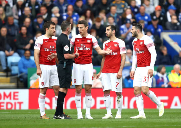 LEICESTER, ENGLAND - APRIL 28: Laurent Koscielny of Arsenal and team mates appeal to referee Michael Oliver during the Premier League match between Leicester City and Arsenal FC at The King Power Stadium on April 28, 2019 in Leicester, United Kingdom. (Photo by Julian Finney/Getty Images)