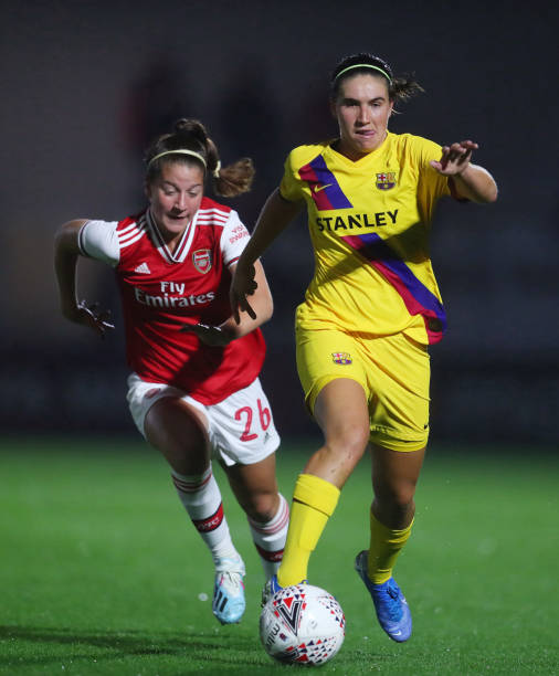 BOREHAMWOOD, ENGLAND - AUGUST 14: Maria Francesca Caldentey of Barcelona gets away from Ruby Grant of Arsenal during the Pre Season friendly between Arsenal Women and Barcelona Femini at Meadow Park on August 14, 2019 in Borehamwood, England. (Photo by Catherine Ivill/Getty Images)