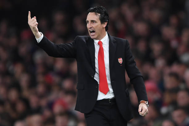 LONDON, ENGLAND - NOVEMBER 23: Unai Emery, Manager of Arsenal gives his team instructions during the Premier League match between Arsenal FC and Southampton FC at Emirates Stadium on November 23, 2019 in London, United Kingdom. (Photo by Harriet Lander/Getty Images)