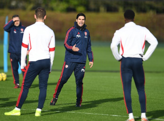 Mikel Arteta speaking to the players in training (Photo via Twitter / Arsenal)