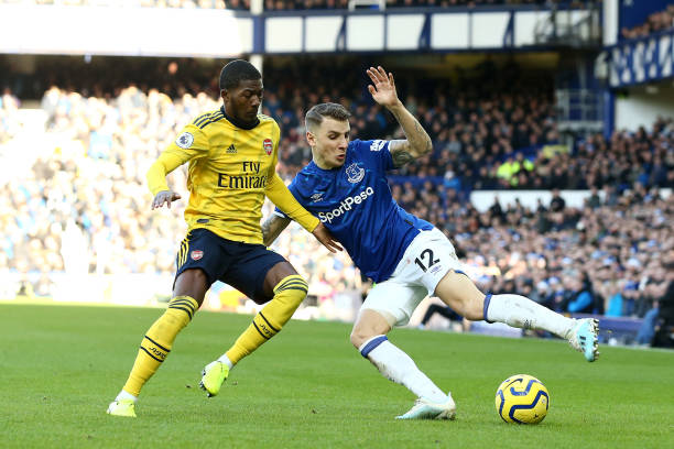 LIVERPOOL, ENGLAND - DECEMBER 21: Lucas Digne of Everton battles with Ainsley Maitland-Niles of Arsenal during the Premier League match between Everton FC and Arsenal FC at Goodison Park on December 21, 2019 in Liverpool, United Kingdom. (Photo by Jan Kruger/Getty Images)