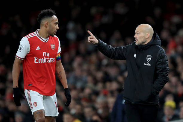 LONDON, ENGLAND - DECEMBER 05: Freddie Ljungberg caretaker Arsenal coach speaks with Pierre-Emerick Aubameyang of Arsenal during the Premier League match between Arsenal FC and Brighton & Hove Albion at Emirates Stadium on December 5, 2019 in London, United Kingdom. (Photo by Marc Atkins/Getty Images)