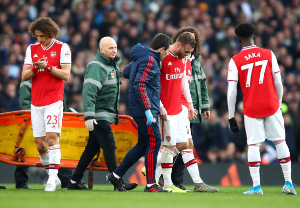 LONDON, ENGLAND - DECEMBER 29: Callum Chambers of Arsenal leaves the pitch following an injury during the Premier League match between Arsenal FC and Chelsea FC at Emirates Stadium on December 29, 2019 in London, United Kingdom. (Photo by Julian Finney/Getty Images)