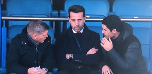 Edu, Mikel Arteta and Steve Round deep in coversation at Goodison Park