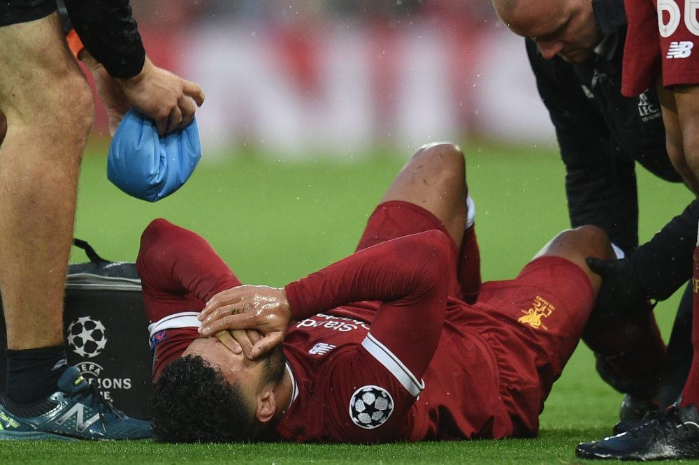 Liverpool's English midfielder Alex Oxlade-Chamberlain reacts after picking up an injury during the UEFA Champions League first leg semi-final football match between Liverpool and Roma at Anfield stadium in Liverpool, north west England on April 24, 2018. (Photo by Oli SCARFF / AFP)