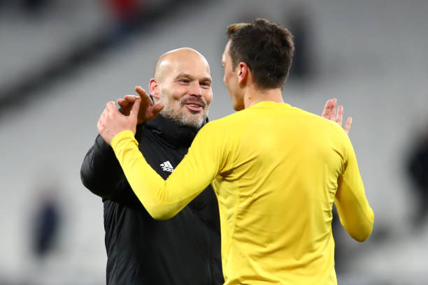 LONDON, ENGLAND - DECEMBER 09: Freddie Ljungberg, Interim Manager of Arsenal and Mesut Ozil of Arsenal celebrate victory during the Premier League match between West Ham United and Arsenal FC at London Stadium on December 09, 2019 in London, United Kingdom. (Photo by Julian Finney/Getty Images)