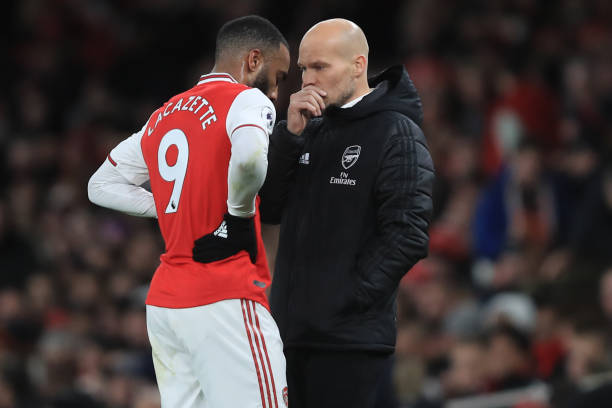 LONDON, ENGLAND - DECEMBER 05: Freddie Ljungberg caretaker Arsenal coach speaks with Alexandre Lacazette during the Premier League match between Arsenal FC and Brighton & Hove Albion at Emirates Stadium on December 5, 2019 in London, United Kingdom. (Photo by Marc Atkins/Getty Images)