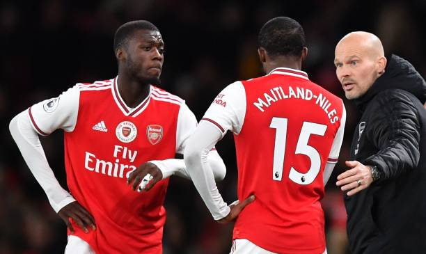 Arsenal's Swedish Interim head coach Freddie Ljungberg (R) speaks with Arsenal's French-born Ivorian midfielder Nicolas Pepe (L) and Arsenal's English midfielder Ainsley Maitland-Niles during the English Premier League football match between Arsenal and Manchester City at the Emirates Stadium in London on December 15, 2019. (Photo by Ben STANSALL / AFP)