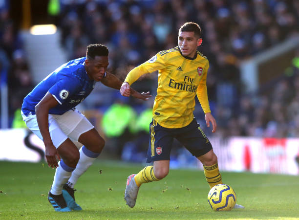 LIVERPOOL, ENGLAND - DECEMBER 21: Lucas Torreira of Arsenal is challenged by Yerry Mina of Everton during the Premier League match between Everton FC and Arsenal FC at Goodison Park on December 21, 2019 in Liverpool, United Kingdom. (Photo by Alex Livesey/Getty Images)