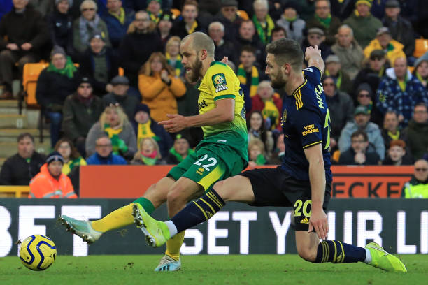 Norwich City's Finnish striker Teemu Pukki (L) has an unsuccessfil shot under pressure from Arsenal's German defender Shkodran Mustafi (R) during the English Premier League football match between Norwich City and Arsenal at Carrow Road in Norwich, eastern England on December 1, 2019. (Photo by Lindsey Parnaby / AFP)