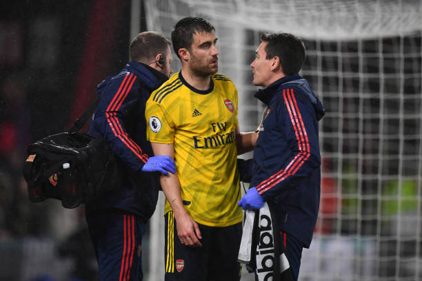 BOURNEMOUTH, ENGLAND - DECEMBER 26: Sokratis Papastathopoulos of Arsenal speaks to Dr Gary O'Driscoll, Team Doctor of Arsenal following a knock to his head during the Premier League match between AFC Bournemouth and Arsenal FC at Vitality Stadium on December 26, 2019 in Bournemouth, United Kingdom. (Photo by Dan Mullan/Getty Images)