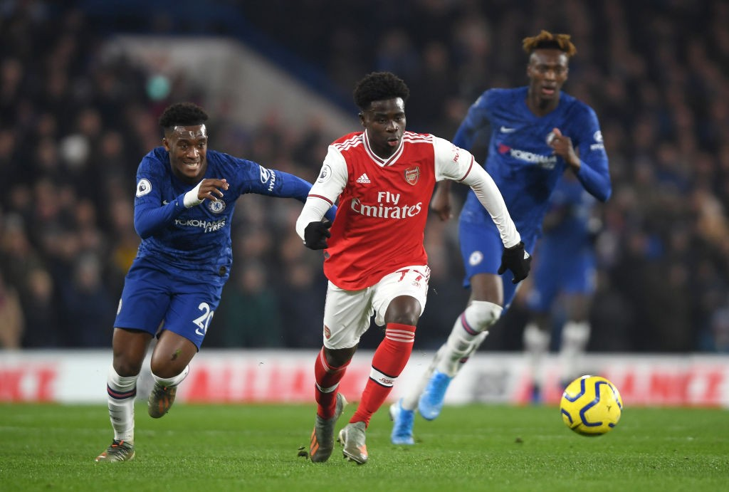 LONDON, ENGLAND - JANUARY 21: Bukayo Saka of Arsenal breaks away from Callum Hudson-Odoi of Chelsea during the Premier League match between Chelsea FC and Arsenal FC at Stamford Bridge on January 21, 2020, in London, United Kingdom. (Photo by Mike Hewitt/Getty Images)