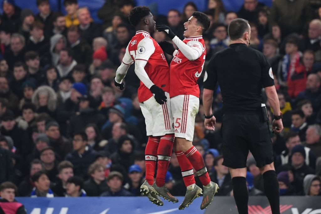 Arsenal's Brazilian striker Gabriel Martinelli (R) celebrates with Arsenal's English striker Bukayo Saka after scoring the equalising goal during the English Premier League football match between Chelsea and Arsenal at Stamford Bridge in London on January 21, 2020. (Photo by DANIEL LEAL-OLIVAS / AFP)