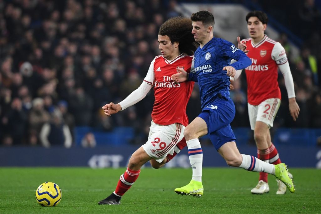 Chelsea's English midfielder Mason Mount (R) vies with Arsenal's French midfielder Matteo Guendouzi during the English Premier League football match between Chelsea and Arsenal at Stamford Bridge in London on January 21, 2020. (Photo by DANIEL LEAL-OLIVAS / AFP)