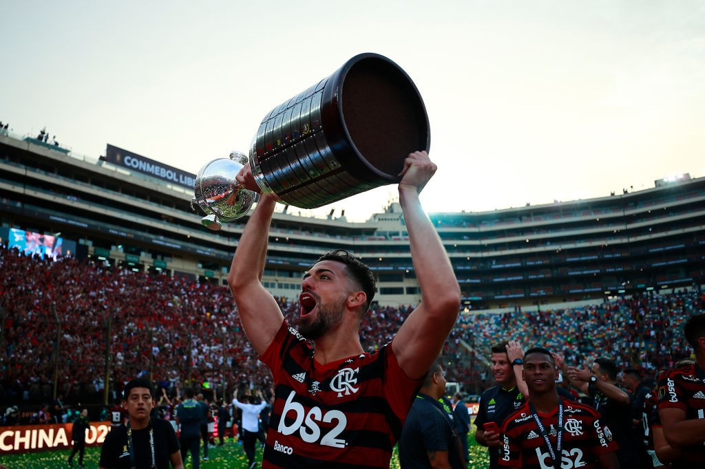 LIMA, PERU - NOVEMBER 23: Pablo Mari of Flamengo lifts the trophy after winning during the final match of Copa CONMEBOL Libertadores 2019 between Flamengo and River Plate at Estadio Monumental on November 23, 2019, in Lima, Peru. (Photo by Daniel Apuy/Getty Images)