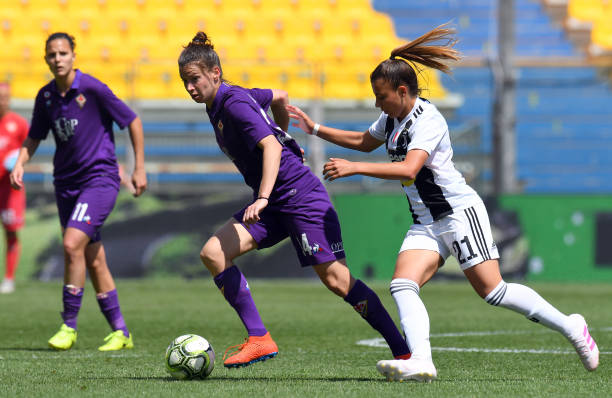 PARMA, ITALY - APRIL 28: Laura Sylvie Agard of Fiorentina Woman competes for the ball with Arianna Caruso of Juventus Woman during the Women Coppa Italia Final match between Juventus Women and ACF Fiorentina  Stadio Ennio Tardini on April 28, 2019 in Parma, Italy.  (Photo by Alessandro Sabattini/Getty Images)
