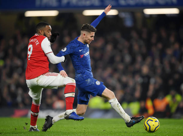 LONDON, ENGLAND - JANUARY 21: Jorginho of Chelsea is challenged by Alexandre Lacazette of Arsenal during the Premier League match between Chelsea FC and Arsenal FC at Stamford Bridge on January 21, 2020 in London, United Kingdom. (Photo by Mike Hewitt/Getty Images)