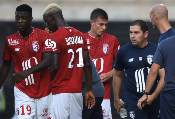 Lille's Argentinian head coach Marcelo Bielsa (2R) talks to Lille's Ivorian forward Nicolas Pepe (L) and Lille's Malian midfielder Yves Bissouma (C) during the French L1 football match between Angers (SCO) and Lille (Losc) at The Raymond-Kopa Stadium, in Angers, north-western France on August 27, 2017. / AFP PHOTO / JEAN-FRANCOIS MONIER        (Photo credit should read JEAN-FRANCOIS MONIER/AFP via Getty Images)