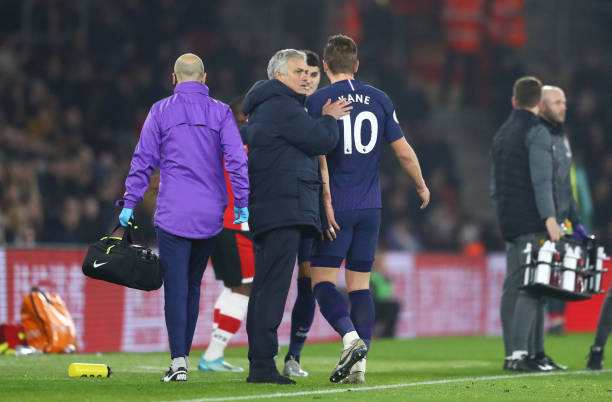 SOUTHAMPTON, ENGLAND - JANUARY 01: Jose Mourinho, Manager of Tottenham Hotspur embraces Harry Kane of Tottenham Hotspur as he walks off the pitch after picking up an injury during the Premier League match between Southampton FC and Tottenham Hotspur at St Mary's Stadium on January 01, 2020 in Southampton, United Kingdom. (Photo by Michael Steele/Getty Images)