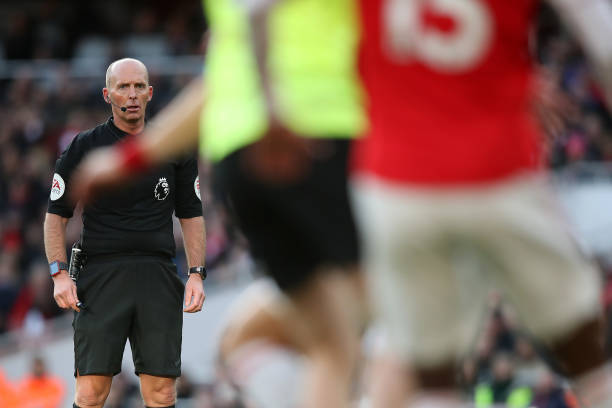 LONDON, ENGLAND - JANUARY 18: Referee Mike Dean in action on his 500th Premier League match during the Premier League match between Arsenal FC and Sheffield United at Emirates Stadium on January 18, 2020 in London, United Kingdom. (Photo by Christopher Lee/Getty Images)