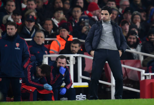 LONDON, ENGLAND - JANUARY 01: Mikel Arteta, Manager of Arsenal gives his team instructions during the Premier League match between Arsenal FC and Manchester United at Emirates Stadium on January 01, 2020 in London, United Kingdom. (Photo by Clive Mason/Getty Images)