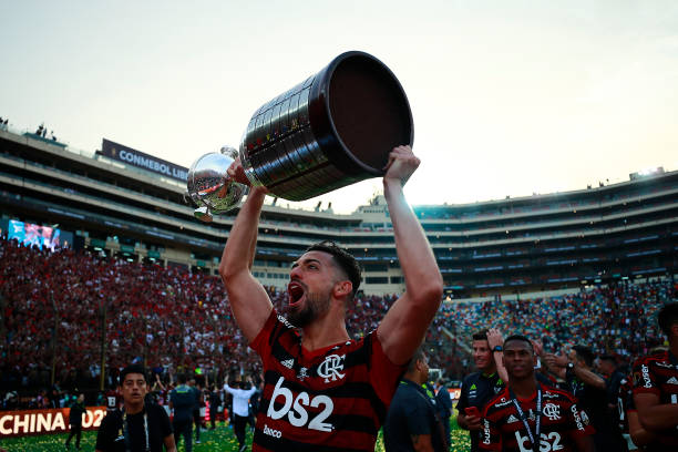 LIMA, PERU - NOVEMBER 23: Pablo Mari of Flamengo lifts the trophy after winning during the final match of Copa CONMEBOL Libertadores 2019 between Flamengo and River Plate at Estadio Monumental on November 23, 2019 in Lima, Peru. (Photo by Daniel Apuy/Getty Images)