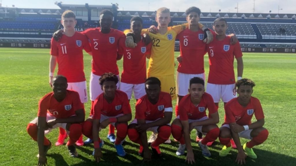 Omari Hutchinson (bottom right) with the England u17 squad (Photo via TheFA.com)