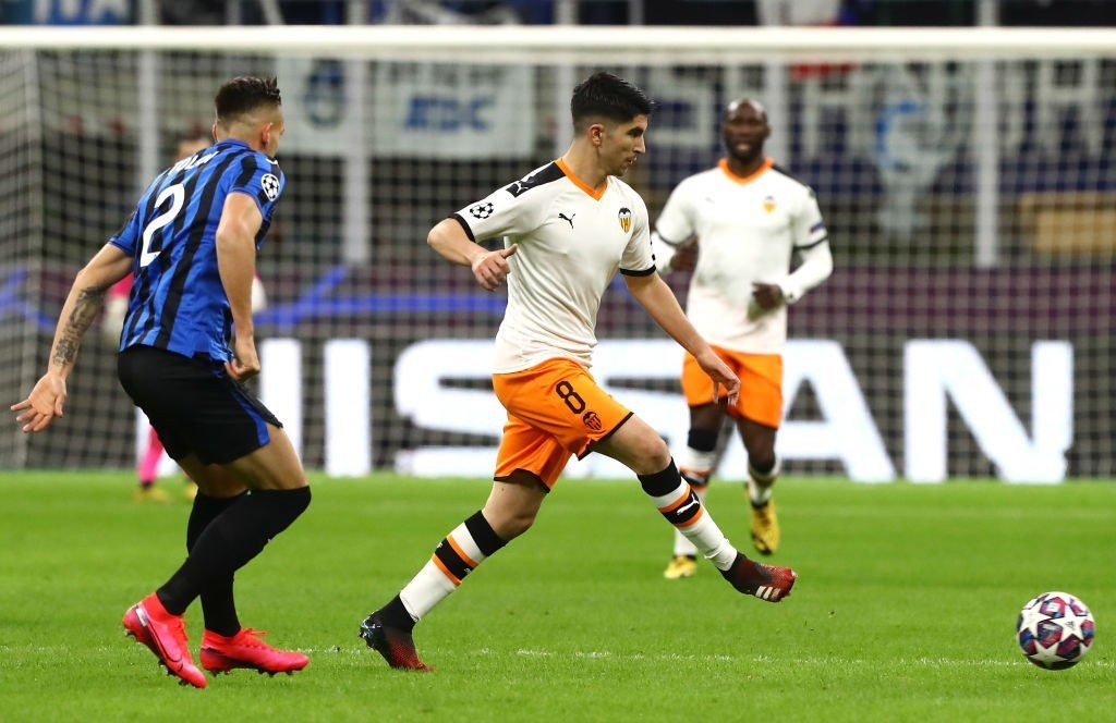 MILAN, ITALY - FEBRUARY 19: Carlos Soler (R) of Valencia CF is challenged by Rafael Toloi (L) of Atalanta during the UEFA Champions League round of 16 first leg match between Atalanta and Valencia CF at San Siro Stadium on February 19, 2020, in Milan, Italy. (Photo by Marco Luzzani/Getty Images)