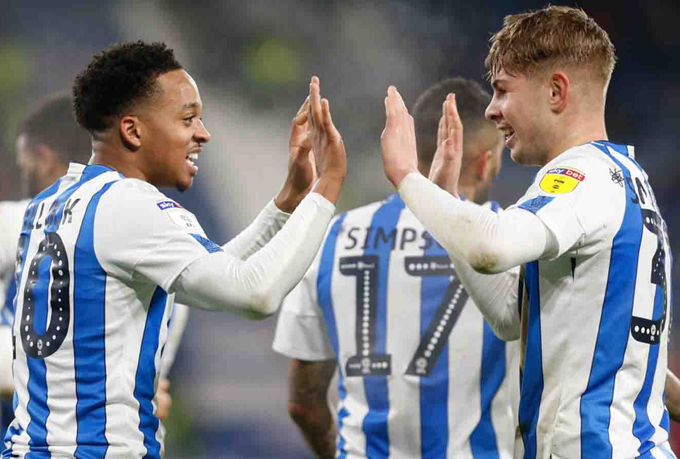 Emile Smith Rowe with Chris Willock for Huddersfield Town (Photo via Twitter / HTAFC)