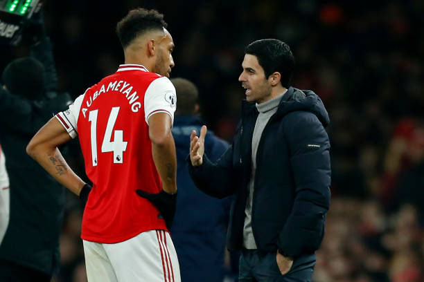 Arsenal's Spanish head coach Mikel Arteta (R) speaks with Arsenal's Gabonese striker Pierre-Emerick Aubameyang (L) during the English Premier League football match between Arsenal and Manchester United at the Emirates Stadium in London on January 1, 2020. (Photo by Ian KINGTON / IKIMAGES / AFP