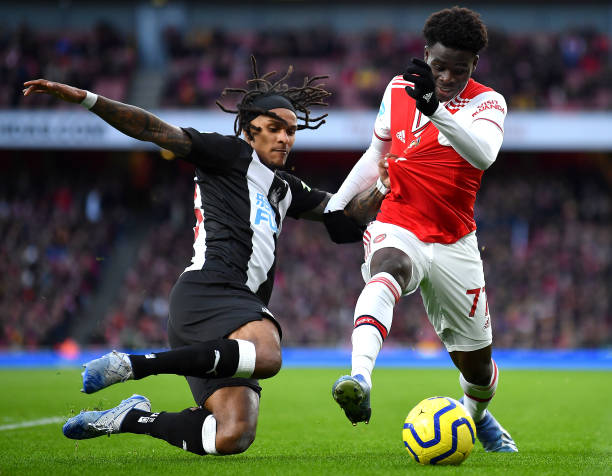 LONDON, ENGLAND - FEBRUARY 16: Bukayo Saka of Arsenal and Valentino Lazaro of Newcastle United battle for possession during the Premier League match between Arsenal FC and Newcastle United at Emirates Stadium on February 16, 2020 in London, United Kingdom. (Photo by Justin Setterfield/Getty Images)