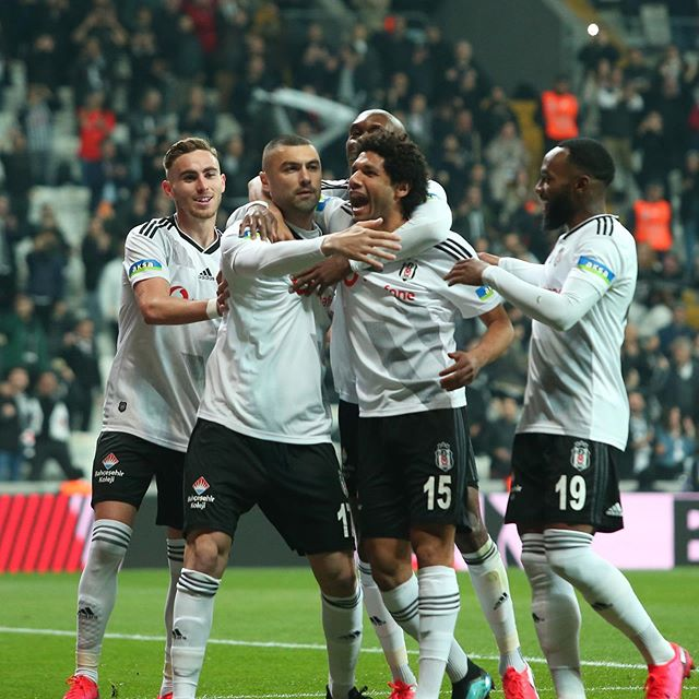 Mohamed Elneny celebrating with his Besiktas teammates (Photo via Elneny on Instagram)