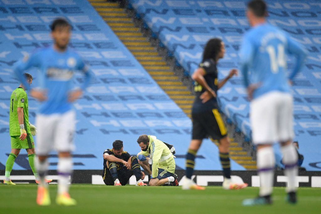 Arsenal's Spanish defender Pablo Mari (C) sits on the pitch after picking up an injury during the English Premier League football match between Manchester City and Arsenal at the Etihad Stadium in Manchester, north west England, on June 17, 2020. - The Premier League makes its eagerly anticipated return today after 100 days in lockdown but behind closed doors due to coronavirus restrictions. (Photo by PETER POWELL / POOL / AFP)