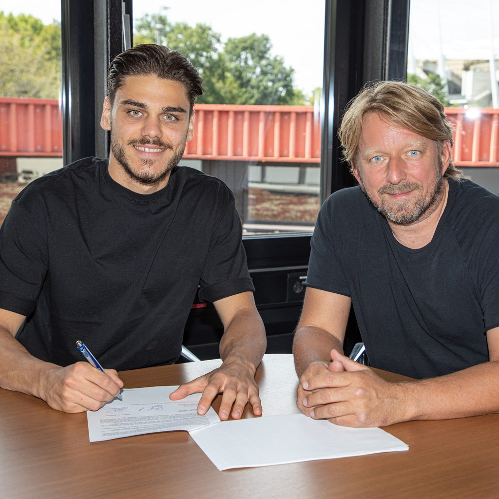 Konstantinos Mavropanos signing with Stuttgart (Photo via Chris Wheatley on Twitter)