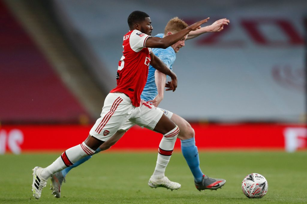 Arsenal's English midfielder Ainsley Maitland-Niles (L) challenges Manchester City's Belgian midfielder Kevin De Bruyne (R) during the English FA Cup semi-final football match between Arsenal and Manchester City at Wembley Stadium in London, on July 18, 2020. (Photo by MATTHEW CHILDS/POOL/AFP via Getty Images)