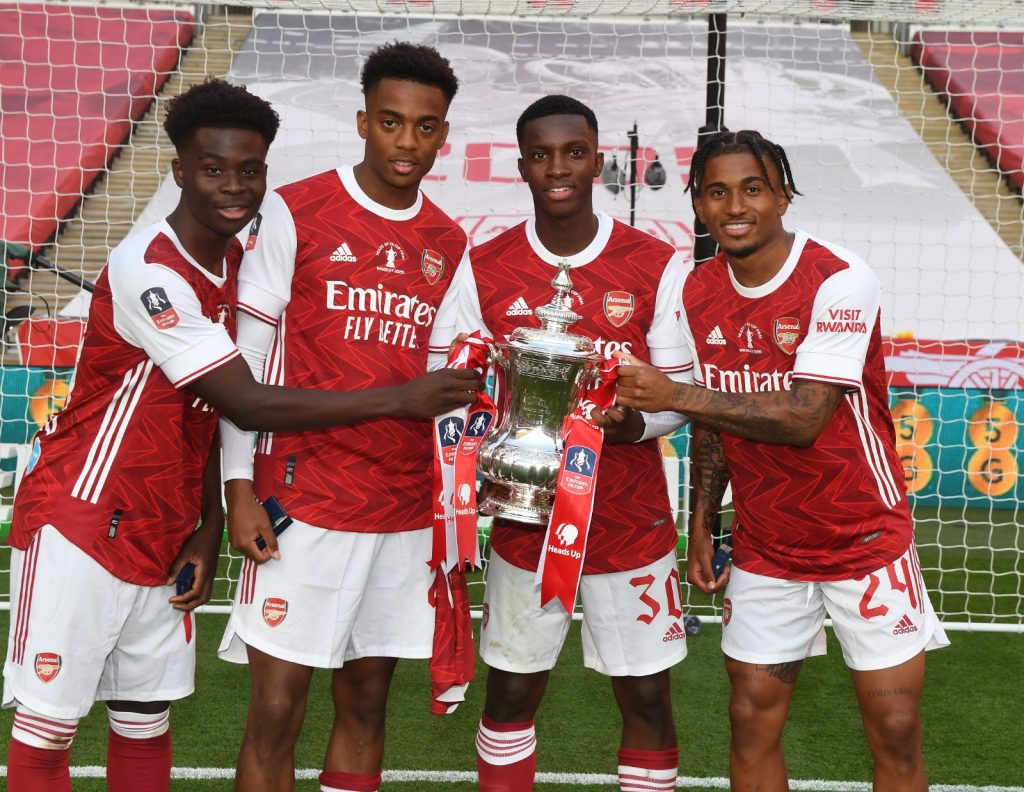 Bukayo Saka, Joe Willock, Eddie Nketiah and Reiss Nelson with the FA Cup trophy (Photo via Arsenal on Twitter)